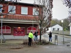 2-Der-sættes-lyskæder-på-træerne-ved-Dagli-Brugsen-1