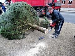 4-Aksel-tilpasser-juletræsfoden-1